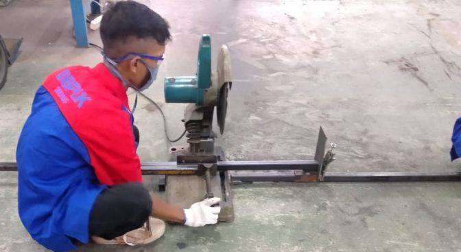 memotong besi hollow