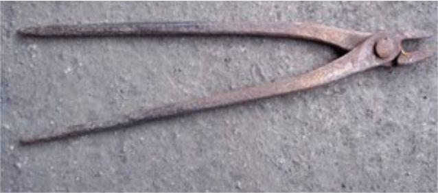 Tang panas untuk mengangkat logam panas